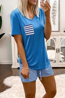 طقم ملابس نوم بأكمام قصيرة وفتحة رقبة على شكل V باللون الأزرق السماوي وشورت مقلم