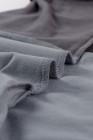 Camiseta gris con bloques de color en contraste