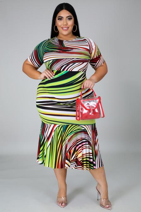 فستان ميدي بأكمام قصيرة وياقة دائرية مخطط مقاس كبير