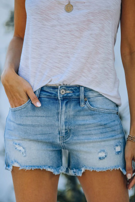 Pantalones cortos de mezclilla rasgados desgastados celestes con bolsillos