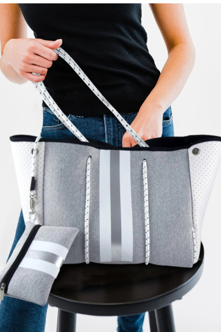 حقيبة حمل رمادية اللون مع محفظة مطابقة