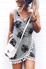 فستان قصير بفتحة رقبة V وشراشيب وطبعة أوراق النخيل باللون الرمادي