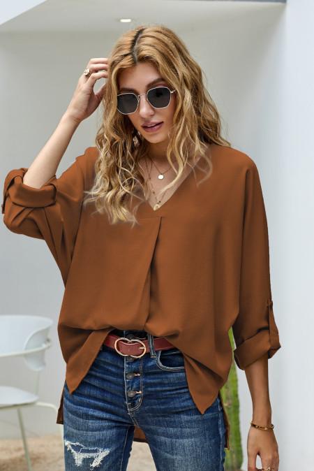 Camisa marrón con cuello en V y manga 3/4 con dobladillo alto y bajo
