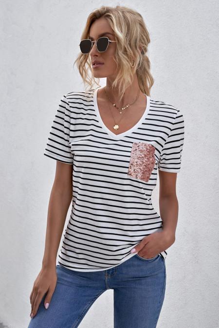 Camiseta de rayas con cuello en V y bolsillo de parche
