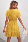 Желтое мини-платье с V-образным вырезом и оборками и короткими рукавами в горошек