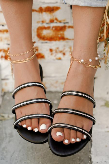 Flache Sandalen mit Strass-Riemen in Schwarz