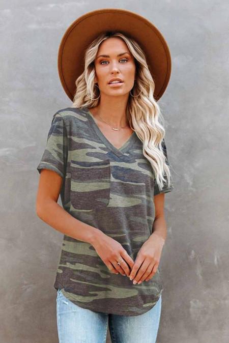 Camiseta con cuello en V y estampado de camuflaje verde con bolsillo
