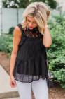 Blusa sin mangas con estampado de puntos y detalle de encaje negro