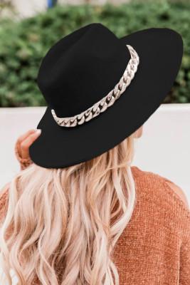 قبعة فيدورا سوداء عريضة الحواف ومقيدة بالسلاسل الذهبية