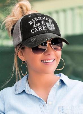 قبعة بيسبول مطبوعة بحروف سوداء