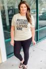 Camiseta estampada en color liso beige con letras de talla grande