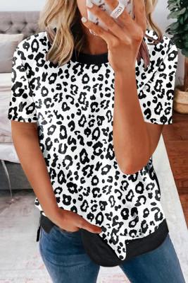 تي شيرت أبيض بفتحة رقبة دائرية من جلد الفهد