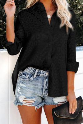 Camisa negra con botones en relieve y cuello vuelto