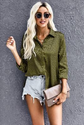 Camisa verde con botones en relieve y cuello vuelto
