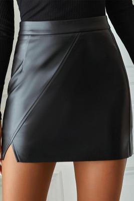تنورة قصيرة من الجلد الصناعي الأسود مع شق