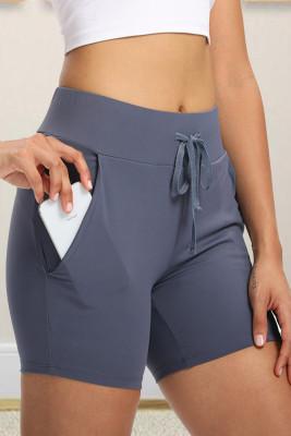 Pantalones cortos de yoga ajustados con bolsillo en la cintura celeste