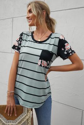 Camiseta gris de rayas con bolsillo de parche