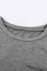Camiseta gris con bolsillos y aberturas laterales