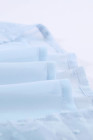 Top de manga corta de lunares suizos con cuello en V de empalme de encaje azul cielo