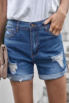 Pantalones cortos de mezclilla desgastados doblados azules