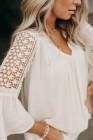 Белая кружевная блузка с v-образным вырезом и открытыми расклешенными рукавами