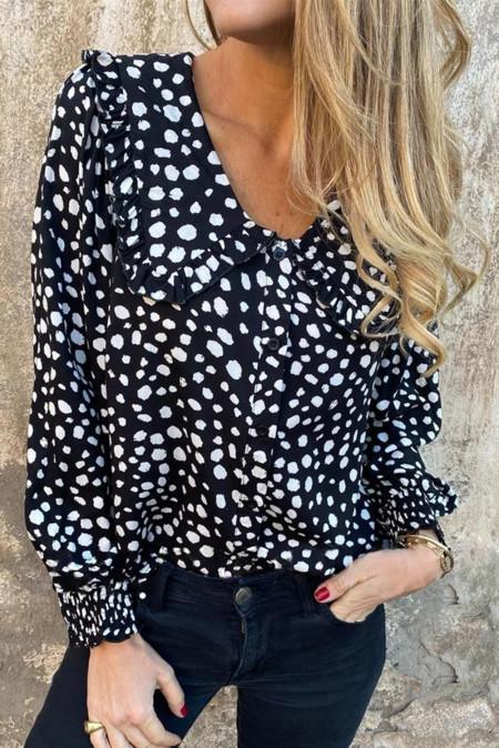 Черная блуза с объемными рукавами и оборками в горошек