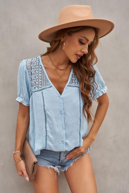 Camisa de manga corta de crochet de encaje con cuello en V azul cielo