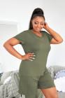 Pantalones cortos y camiseta verde con cuello en V de talla grande