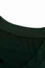 Camiseta ajustada verde con cuello en V de color sólido