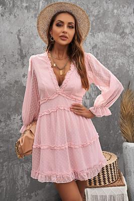 فستان سويسري قصير منقط بطبقات وردية مكشكش مفتوح الظهر بأكمام منفوخة