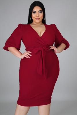 فستان أحمر متوسط الطول بياقة على شكل V وأكمام منفوخة مقاس كبير