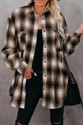 Коричневая клетчатая рубашка с пуговицами и карманами