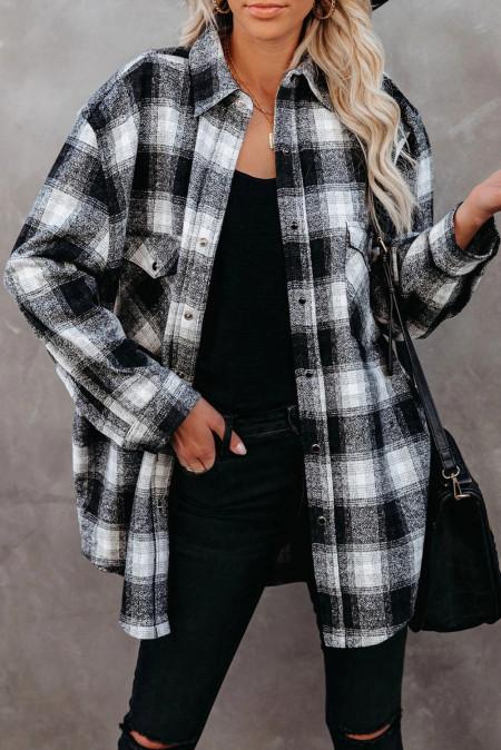 Черная клетчатая рубашка с пуговицами и карманами