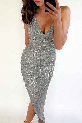 Серебристое облегающее платье с V-образным вырезом и пайетками