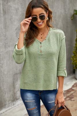 Зеленый вязаный свитер с открытыми плечами на пуговицах