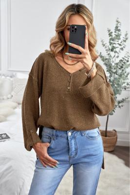 Коричневый вязаный свитер с открытыми плечами на пуговицах