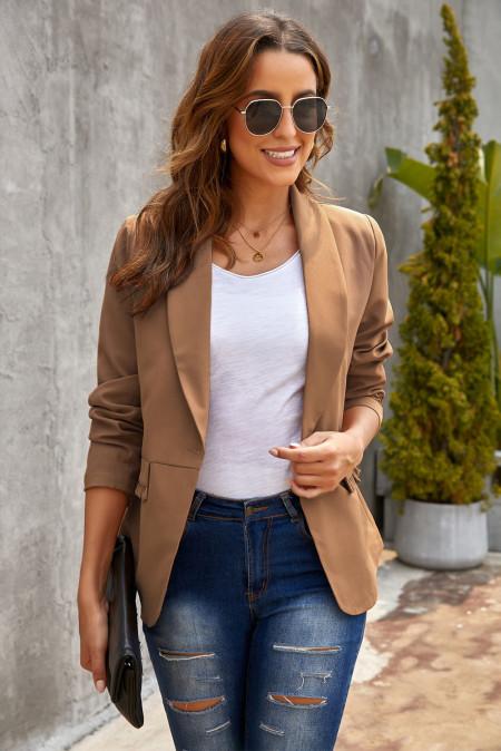 Коричневый пиджак с карманами и пуговицами на воротнике с лацканами