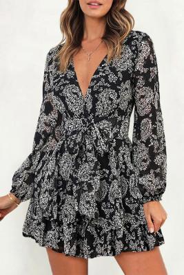 فستان قصير أسود برقبة على شكل V وأكمام واسعة وربطة عنق بطبقتين