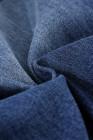 Calças jeans rasgadas com remendos internos de animais