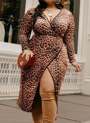Платье больших размеров с леопардовым запахом и V-образным вырезом с разрезом