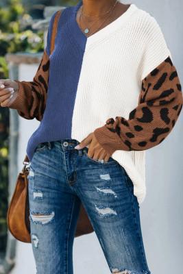 Suéter azul con cuello en V de color en contraste con estampado de leopardo