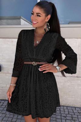 فستان قصير بأكمام شفافة برقبة على شكل V من الدانتيل الأسود