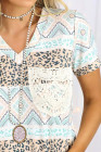 Camiseta con bolsillo de encaje y cuello en V con estampado de leopardo