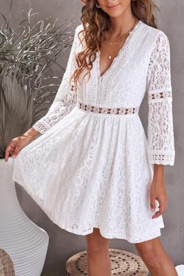 فستان قصير بأكمام شفافة بياقة على شكل V من الدانتيل الأبيض