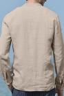 Бежевая мужская рубашка с длинным рукавом на пуговицах и карманом