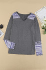 Blusa gris con cuello en V y botones con parche azteca