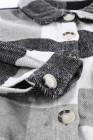 Серая куртка с длинными рукавами на пуговицах и карманом в клетку