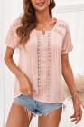 Top rosa de manga corta con ojales de crochet