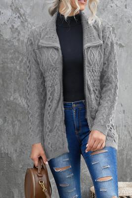 Suéter gris de punto con cremallera en la parte delantera abierta