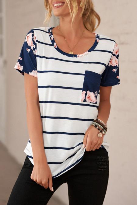 Camiseta de rayas azules con bolsillo de parche